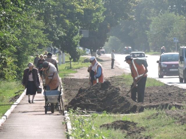 тривають роботи з благоустрою тротуару по вул. Віктора Голого